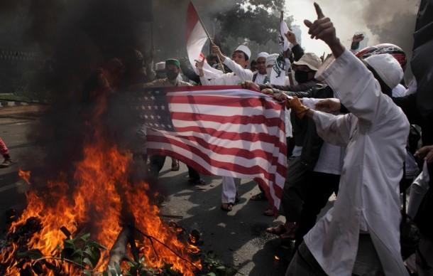 1.-US-embassy-riot-in-Jakarta-e1347940934803